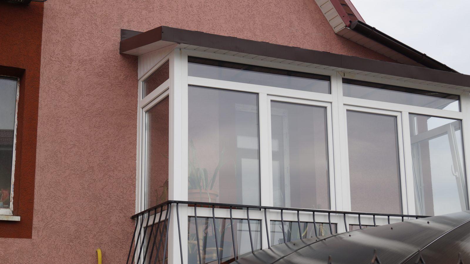 Остекление балконов с крышей: выбор материалов